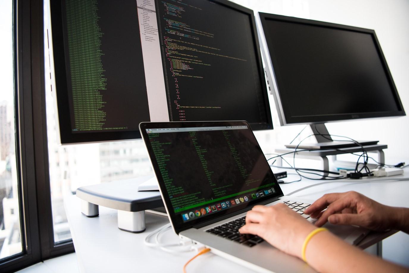 un développeuer informatique est en train de coder